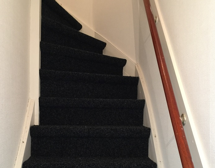 Trap bekleden met tapijt - ART Woninginrichting http://www.artwoninginrichting.nl/trap-stofferen/
